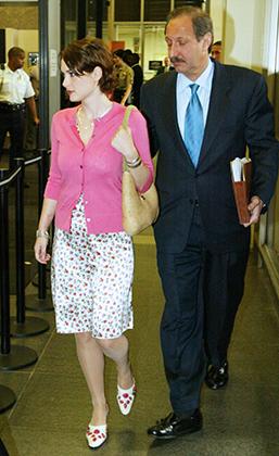 Вайнона Райдер в начале судебного процесса по обвинению ее в краже из универмага Saks Fifth Avenue, октябрь 2002