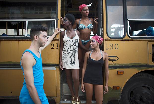 Девушки ожидают своего выхода на карнавале в Гаване в советском автобусе ПАЗ.