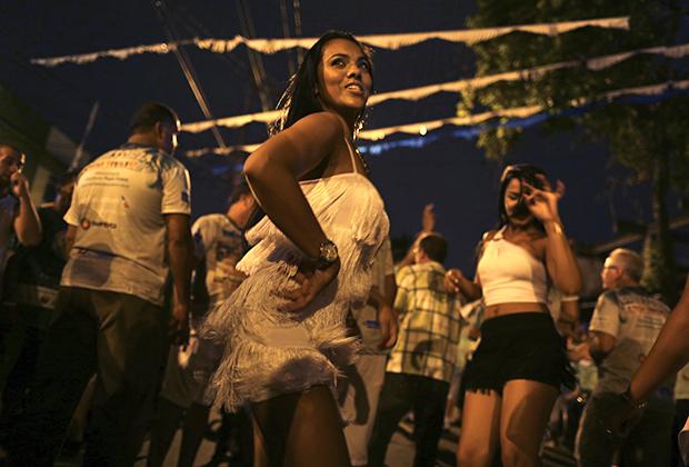 Танцовщицы Глаусе Косат и Джессика Гомеш разминаются перед выходом на самбадром.