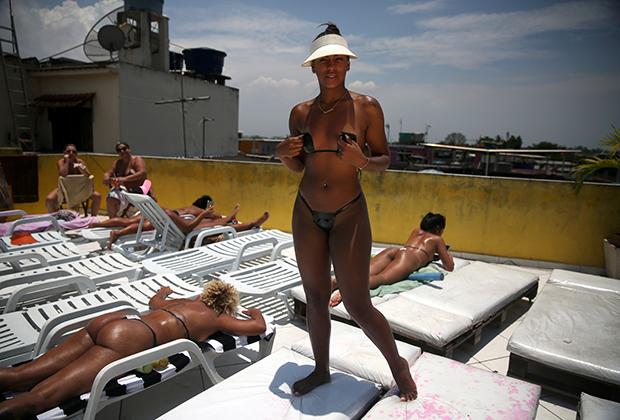 Женщина позирует на террасе спа-салона Erika Bronze в Рио-де-Жанейро.