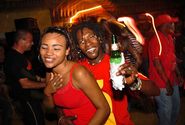 Пара танцует в клубе в Санто-Доминго —столице Доминиканской Республики.
