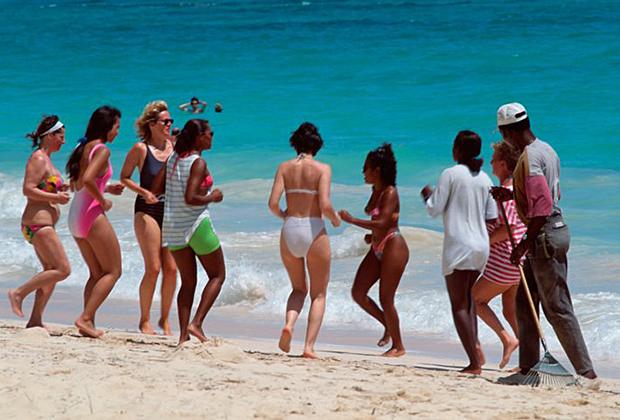 Девушки на пляже в Санто-Доминго.