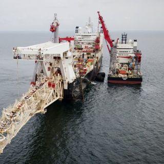 Трубоукладочное судно Solitaire (в центре) готовится к работам по укладке газопровода «Северный Поток – 2» в Балтийском море