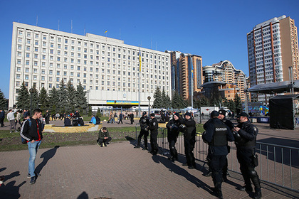 МВД Украины пригрозило быстро остудить собравшихся у ЦИК демонстрантов