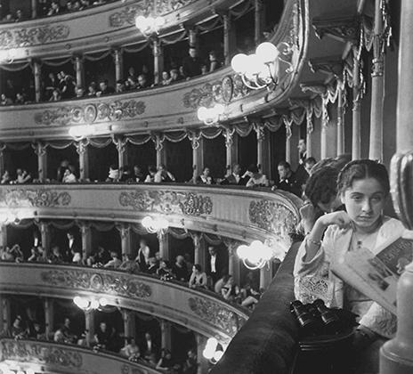 Эйзенштадт пришел с камерой в знаменитый оперный театр «Ла Скала» в Милане, чтобы сфотографировать аншлаг на премьере оперы Римского-Корсакова «Сказание о невидимом граде Китеже». Фотограф рассказывал, что долго не мог найти подходящий объект для переднего плана, пока наконец к нему не повернулась юная девушка в белом. Этот снимок Эйзенштадт называл в числе самых любимых своих работ.