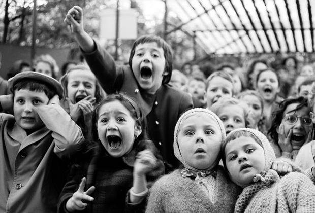 Не только звезды и политики представляли для Эйзенштадта профессиональный интерес — он настолько же был увлечен уличной фотографией с обычными людьми в кадре. В 1963 году он сделал серию снимков из парижского театра кукол, акцентируя внимание на юных зрителях. Завороженные спектаклем, дети даже не заметили притаившегося фотографа.