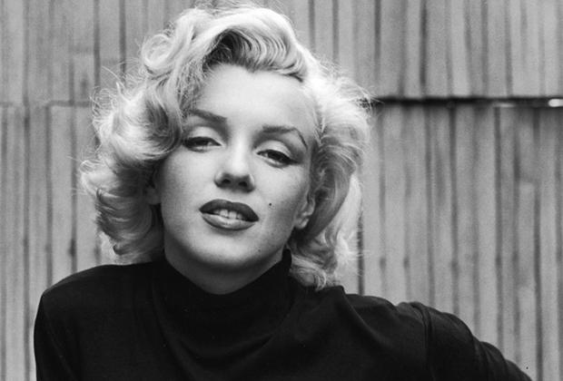 Эйзенштадт снимал Мэрилин Монро во дворе ее дома в Голливуде в 1953 году. Фотограф считал человеческий взгляд самым главным, зачастую — единственно важным элементом в портретной съемке. Подтверждение его словам присутствует и на этом портрете Монро, пронизанном сексуальностью и женственностью в отсутствие откровенно эротических элементов.