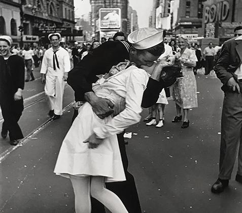 Одна из наиболее известных фотографий за всю карьеру Эйзенштадта — «День Победы над Японией на Таймс-сквер», сделанная 14 августа 1945 года. Эта работа, на которой моряк Джордж Мендонса внезапно поцеловал ассистентку стоматолога и свою будущую жену Грету Фридман, одетую в форму медсестры, стала одним из символов победы США во Второй мировой войне. Фото было сделано на Таймс-сквер в Нью-Йорке после принятия Японией условий капитуляции. Джордж Мендонса скончался в возрасте 95 лет в феврале 2019 года. Фридман, с которой Мендонса прожил в браке 70 лет, умерла в 2016-м. Ей было 92 года.