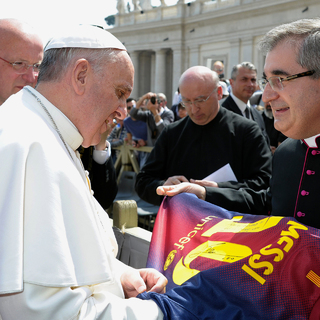 Папа Римский Франциск (слева)