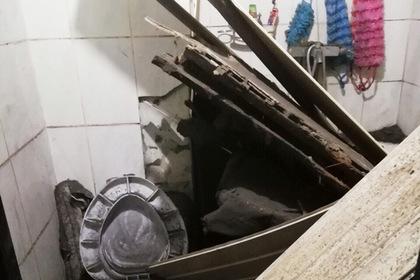 Россиянин почистил снег с крыши дома и провалился в туалет