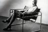 Это тоже его работа — речь, конечно, о кресле с русским именем Василий (Wassily). В кресле сидит жена Вальтера Гропиуса Ильза. И платье, и маска — работы участников Баухауса.