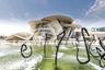 Фонтаны у здания музея столь же причудливы, как и оно само. Их бассейны создают архитектурную «рифму» к природному водоему — бухте Дохи, на берегу которой построен музей.