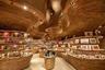 Интерьер книжно-сувернирного магазина Национального музея Катара оформил австралийский архитектор японского происхождения Коичи Такада (Koichi Takada). Бюро Koichi Takada Architects базируется в Сиднее, но открыло филиал и в Дохе. Всего Такада спроектировал для музея шесть интерьеров.