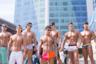 Бодибилдеры демонстрируют свои достижения на пляже Хэундэгу в Пусане. Многие корейцы стремятся выглядеть привлекательно, но не выделяться на фоне других. Вести здоровый образ жизни — это хорошо, отклоняться от общепринятых норм — нет.