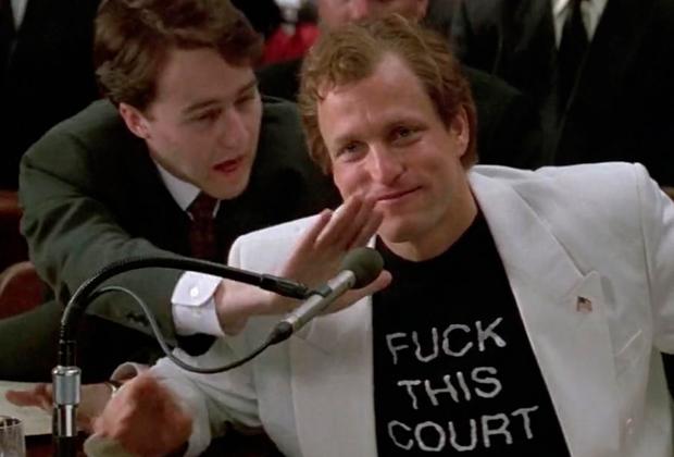 Реальный Ларри Флинт появлялся в суде в столь же провокационном виде, как и его герой в байопике