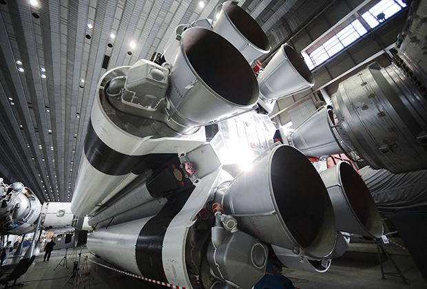 Ракета-носитель «Протон» в цехе сборки в космическом научно-производственном центре имени М.В. Хруничева