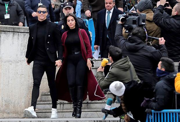 Криштиану Роналду и его подруга Джорджина Родригес у здания суда в Мадриде, 2019