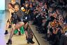 Одна из матриархов российской модной сцены Юлия Далакян (бренд Julia Dalakian) любит эпатировать публику. В этом сезоне на подиум ее показа поднялись модели в образе певицы Мадонны из ее самых провокационных клипов: кожаные микрошорты, колготки в сетку, массивные каблуки.