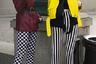 Гостьи Mercedes Benz-Fashion Week Russia считают (и, возможно, небезосновательно), что не так уж важно, во что ты одета. Если на тебе клоунски гипертрофированные ugly shoes со стразами и макияж «как у барсука» (по версии главной героини оскарносного фильма «Фаворитка»), ты непременно попадешь не только в объектив отечественных стрит-фотографов, но и в подборку американского Vogue.