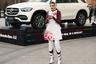 Гостья Mercedes Benz-Fashion Week Russia оригинально сочетает скромную косыночку с сапогами в стиле мотогонщиков и платье с бутафорскими брызгами крови.