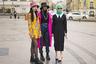 Гостьи Mercedes Benz-Fashion Week Russia пренебрегли холодной погодой ради ярких образов: блуза в цветочек в сочетании с панамой — не самый очевидный наряд для начала апреля в Москве. Впрочем, явно ставшие трендом вязаные балаклавы смотрятся в наших широтах вполне органично.