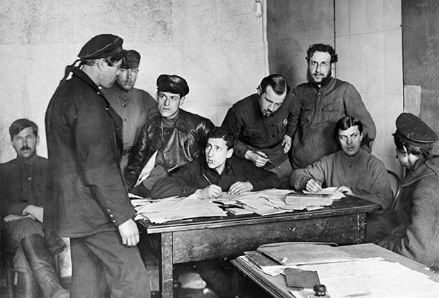 Допрос пленного матроса в штабе подавления Кронштадтского восстания