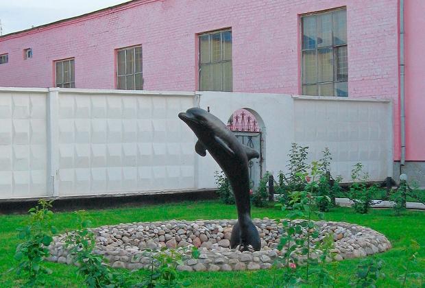 Двор колонии «Черный дельфин»