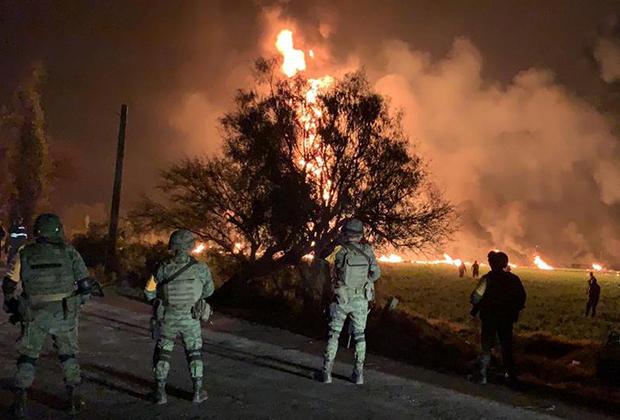 Солдаты около воспламенившегося трубопровода