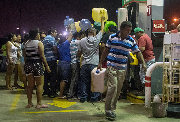 Местные жители крадут бензин и дизельное топливо с заправок в знак протеста против повышения цен