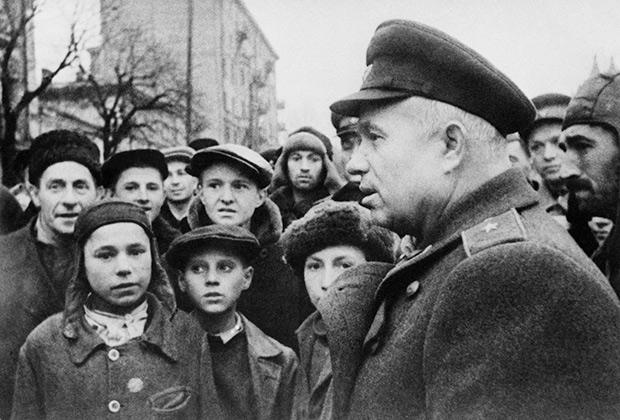 В освобожденном Киеве.1-й секретарь ЦК КП(б) Украины Никита Хрущев беседует с местными жителями. 1943 год