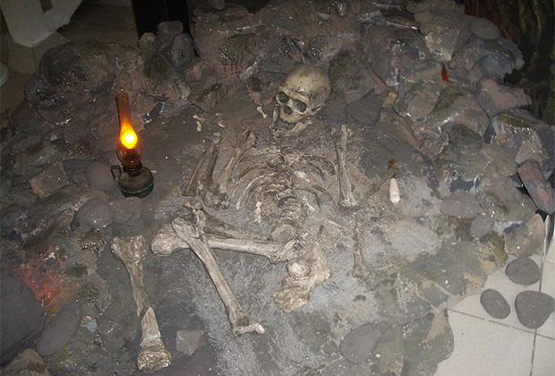 Реконструкция захоронения неандертальца в Дарвиновском музее