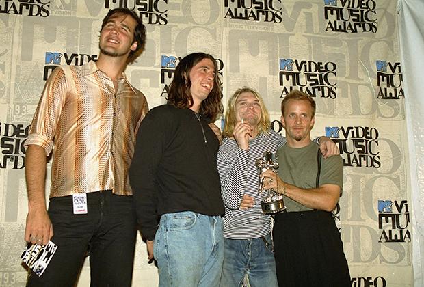 Nirvana после награждения на 10-й премии MTV Video Music Awards, сентябрь 1993 года (человек справа неизвестен)