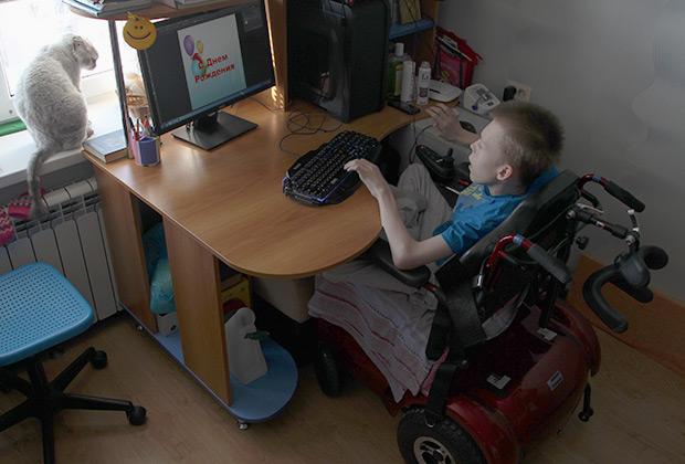 Компьютер связывает Матвея с внешним миром