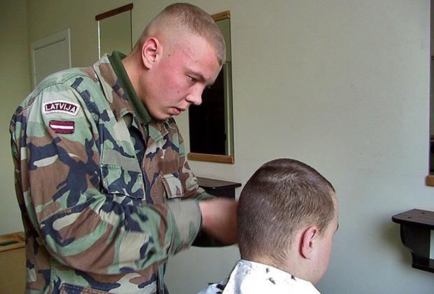 Солдатская парикмахерская в балтийском батальоне НАТО