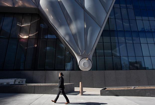 «Колесо» и опора сдвижной конструкции The Shed  при ближайшем рассмотрении и сами выглядят как современная  скульптура: нечто, напоминающее парашют или какой-то футуристический агрегат.