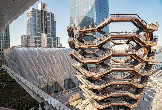 Британский дизайнер и архитектор Томас Хезервик (Thomas Heatherwick) поставил логическую точку в ансамбле The Shed. Его «бесконечная лестница» — скульптурно-архитектурная структура Vessel — создана исключительно для прогулок и созерцания футуристических сооружений Манхэттена.