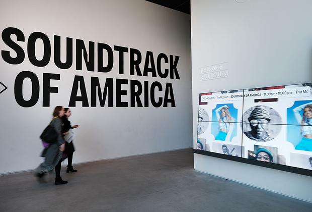 Трансформируемые внутренние пространства павильона The Shed позволяют проводить там мультимедийные выставки, перформансы и показы мод.