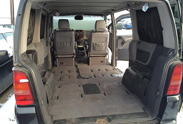 Машина Грачева со снятыми и уничтоженными обивкой и сиденьями. По версии следствия, место убийства Ангелины и Вениамина Боголюбовых