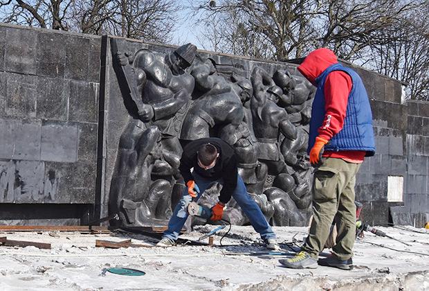 Во Львове была демонтирована 30-метровая стела Монумента Славы, посвященная солдатам Красной армии