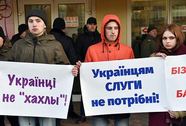 Участники митинга против кандидата в президенты Украины Владимира Зеленского во Львове