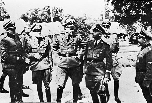 Рейхсфюрер СС Гиммлер во время посещения концентрационного лагеря Яновский. 1941 год