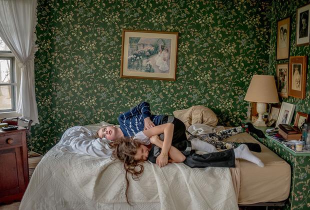 Мэри Берридж решила использовать пленку для того, чтобы рассказать, как живут дети с аутизмом. Она знакома с этим не понаслышке. У ее сына Грэма расстройство аутического спектра. Матери было важно развенчать мифы об этом заболевании. Например, что люди с аутизмом неконтактны и не любят взаимодействовать с другими. На фото — Грэм борется со своей кузиной. Работа Берридж заняла третье место на LensCulture Portrait Awards 2019