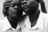 Близнецы Эстер и Джулия. Фото сделано до того, как одна из девушек вышла замуж и они начали жить порознь. Работа заняла первое место среди одиночных снимков.