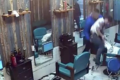 Разъяренный клиент обрил парикмахера за плохую работу