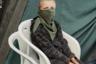 «Разлом. Глава I». Так называется работа британца Рианнона Адама, задокументировавшего протесты жителей Престо Нью Роуд, которые выступают против добытчиков сланцевого газа, которые  бурят скважины неподалеку от их домов. Местные жители протестуют против фрекинга — гидравлического разрыва пласта, когда для разрушения породы под высоким давлением закачивается жидкость, выпуская газ.  <br> <br> На фото — член отряда сопротивления Джош Дэниелс (Josh Daniels). Он живет в лагере вместе с матерью, братом, сестрой, бабушкой и двоюродной бабушкой, активисткой Тиной Ротери, одной из ключевых фигур в движении сопротивления.   <br> <br> «Что-то есть в спокойном, неподвижном взгляде этого парня, в его расслабленном поведении, когда он сидит на белом пластиковом стуле поверх другого белого пластикового стула и изучает нас из-под своей импровизированной маски», — говорит главный редактор LensCulture Джим Каспер.