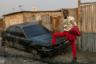 Этот щеголь — 46-летний Адзо, отец десятерых детей из столицы Республики Конго, города Браззавиль. В течение десяти лет он работал сапером, а сейчас владеет небольшим магазином одежды.  <br> <br> Адзо можно причислить к последователям зародившегося в Конго модного течения, именуемому Sape. Днем сейперы — обычные люди, работающие таксистами, портными, садовниками, а ночью — изысканные денди.