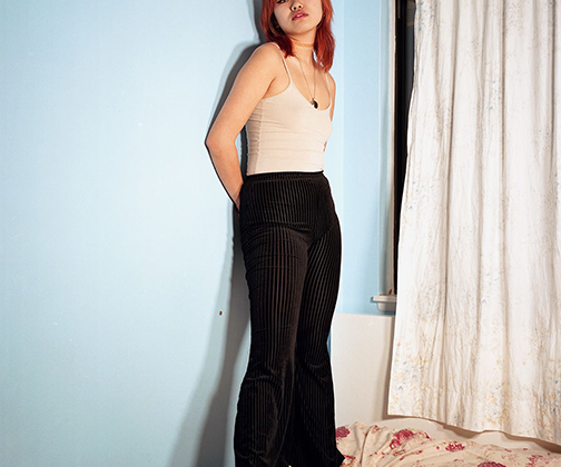 Портрет девушки по имени Ханна. Ханна получает докторскую степень в Чикаго, но на выходные заехала домой. Снимок сделан в ее детской спальне.