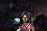 Женщины Демократической Республики Конго вынуждены защищаться. По опросам, более половины из них хотя бы раз в жизни подвергались физическому или сексуальному насилию. Хуже всего дела обстоят в городе Гома, на востоке страны. Он считается самым жестоким из восточных провинций Конго. Гому прозвали «мировой столицей изнасилований».  <br> <br> Чтобы не дать себя в обиду, они освоили бокс. Женщины собираются на главном стадионе города, в клубе de L'Amitie. Здесь они учатся не только драться на кулаках, но восстанавливать силы, а также реализуют свое желание бороться с несправедливостью. Тренировки проводит бывший чемпион Конго по боксу. <br> <br> Еще одним основным местом сбора является Radio Star Girls Club, исключительно женский боксерский клуб, где женщины не только разделяют страсть к этому виду спорта, но и мечту однажды стать чемпионами мира по боксу. <br> <br> Фотографу Алессандро Грассани из утонченного Милана эти женщины показались невероятными. «Они главные действующие лица и свидетели того, как их жизненная борьба проходит через спорт, делая их более сильными и подготовленными к повседневной жизни. Это история боли и надежды, в которой желание искупления побеждает благодаря усилию воли, метафора существования в месте, где у женщин остается один выбор, чтобы выжить, — научиться сражаться», — подытоживает итальянский фотограф.