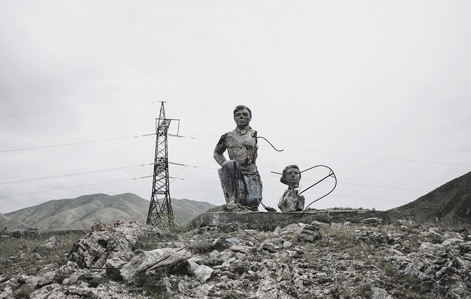 Разрушенные скульптуры на пути к Каджи-Саю