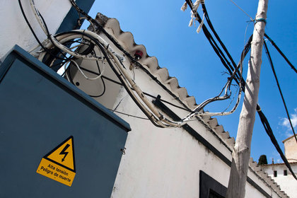 Турист наступил на электрический кабель и умер